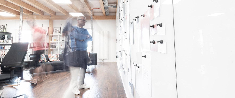 Besprechungsszene in der Agentur an den Whiteboards